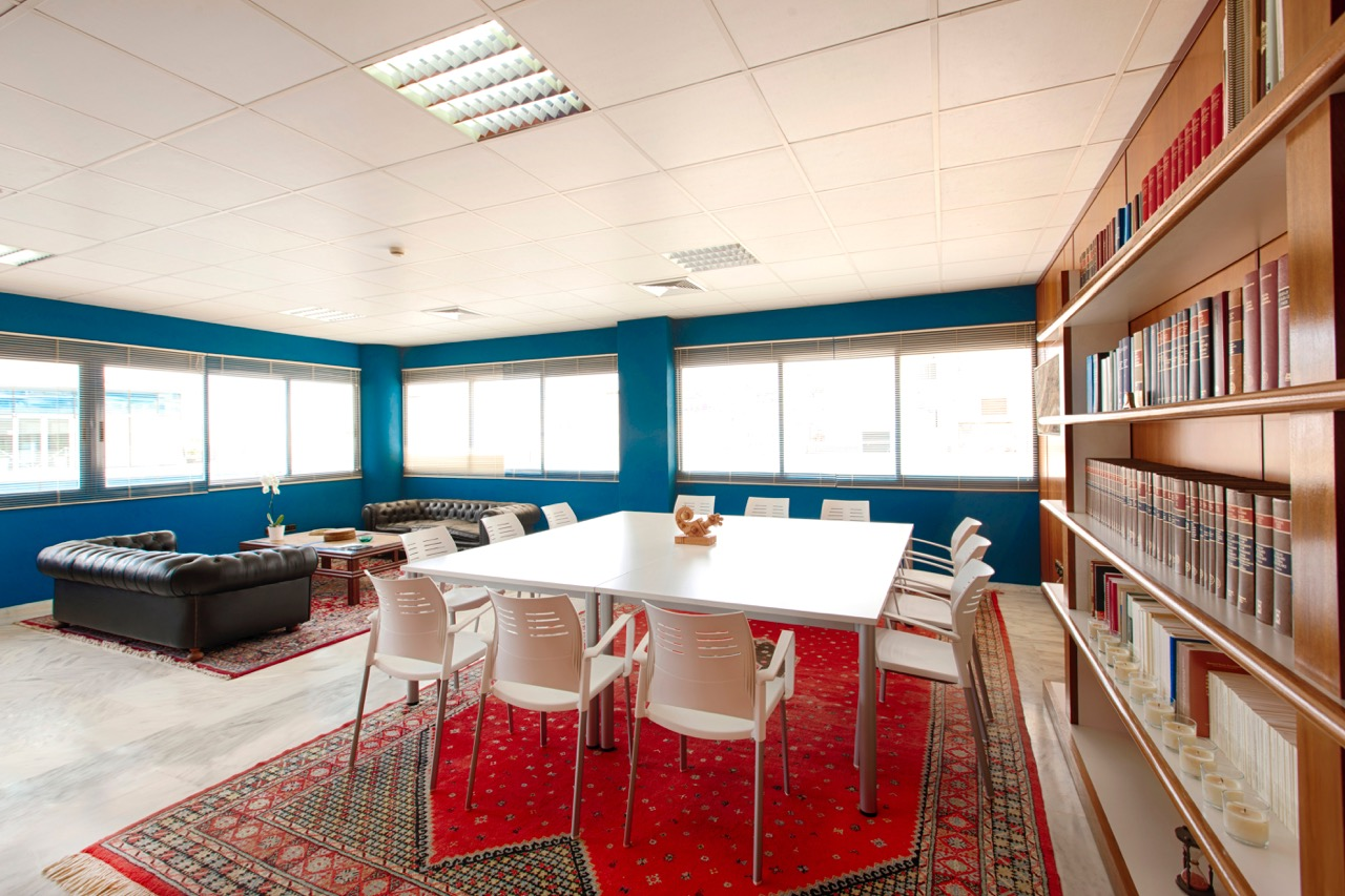 Coworking ibiza sala de juntas en ibiza business point for Oficina de empleo ibiza